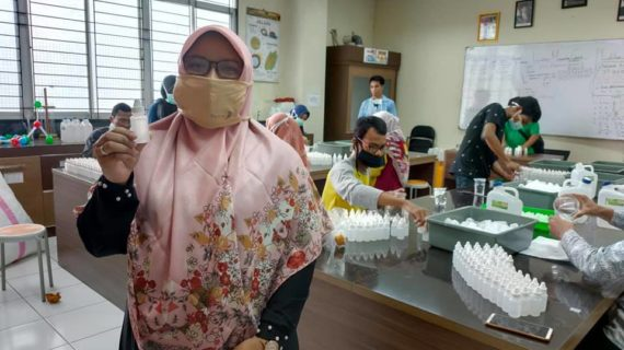 Unik, Paramitha Aleg PKS Tangsel Bagikan Hand Sanitizer Buatan Sendiri
